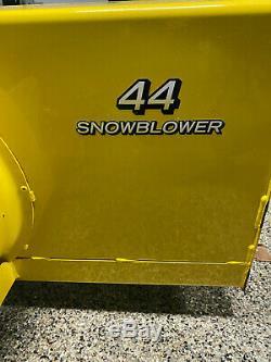 John Deere X324 Tracteur À Gazon All-wheel-steer Avec Collecteur De Feuilles Et D'une Souffleuse